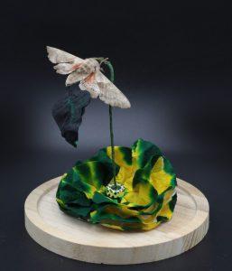 Nachtvlinder op roos van papier